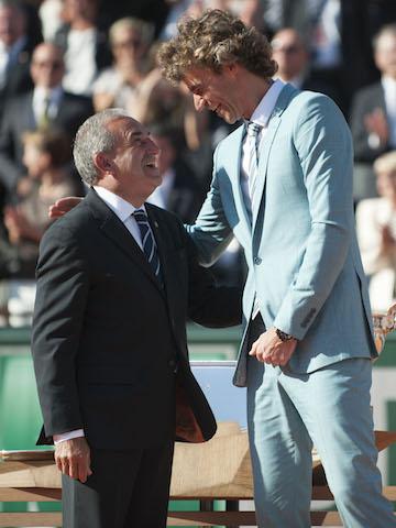 Guga voltando a brilhar na quadra central de Roland Garros em Paris